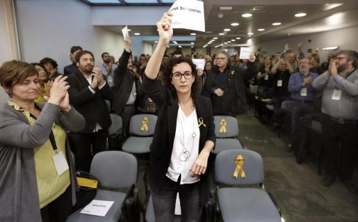 La secretaria general de ERC, Marta Rovira, muestra un cartel con el nombre de Oriol Junqueras.
