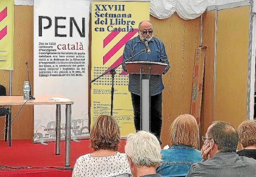 El escritor Biel Mesquida, ayer, durante un recital de autores en la Setmana.