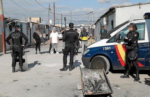 Agentes desplegados en Son Banya durante la redada del viernes.