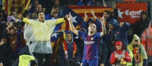 El delantero del FC Barcelona Paco Alcácer celebra tras marcar su segundo gol ante el Sevilla.