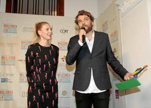 El actor Pilou Asbæk recogió el Evolutionary Award, que le entregó Sandra Seeling.