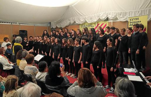 Actuación de la Coral Vint-and-Sing, formada por los alumnos de más edad del centro.
