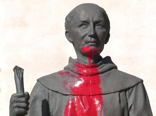 Imagen de la escultura dañada en la misión de San Gabriel.