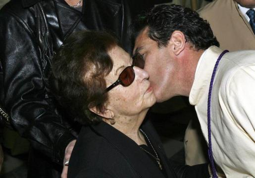 El actor Antonio Banderas besa a su madre, Ana Bandera, antes de salir como mayordomo en una procesión en Málaga. Archivo.