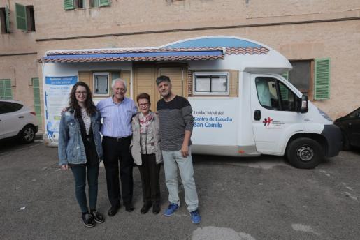 Elena Lallana, Pere Ribot, Consuelo Santamaría y Valentín Rodil, junto a la unidad móvil.