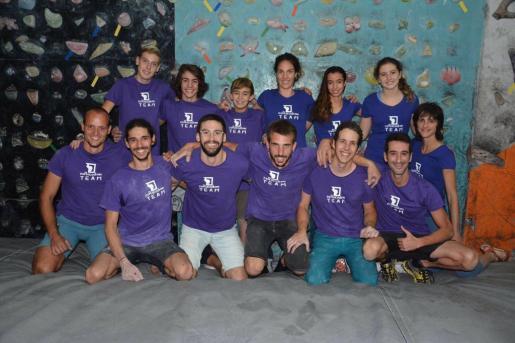 En la imagen, un grupo de socios y técnicos de esRocodrom, en Inca.