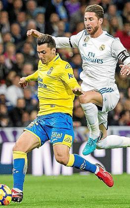El lateral, en la imagen controlando un balón ante Sergio Ramos, será uno de los homenajeados el lunes 27.