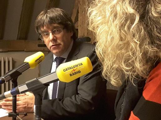 Puigdemont junto a la periodista Mónica Terribas durante la entrevista en Catalunya Ràdio.