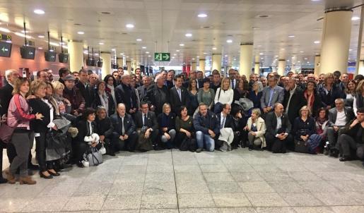 Imagen de alcaldes catalanes de camino a Bruselas para participar en un acto de apoyo al Govern cesado por la aplicación del artículo 155.
