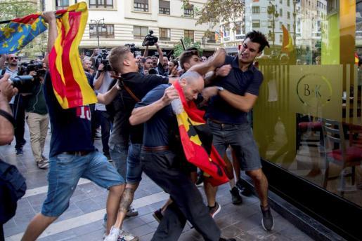Ataques y agresiones alteraron el desarrollo de la tradicional manifestación del 9 d'Octubre en Valencia.