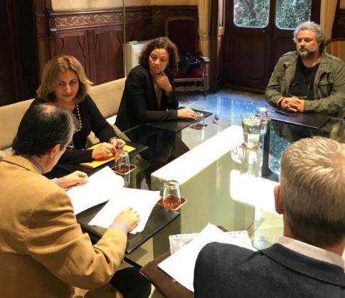 Las representantes del ejecutivo, en la firma del documento.