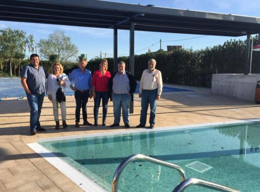 El conseller de Desarrollo Local, Joan Font, acompañado del director insular de Cooperación Local y Caza, Joan Manera, durante su visita a Sant Llorenç para seguir el estado de ejecución de los proyectos en ejecución. El alcalde de Sant Llorenç, Mateu Puigròs, acompañado de algunos de los concejales del Consistorio, ha expuesto al conseller el proyecto de reforma de la piscina municipal, que ha supuesto una inversión de 165.500 euros.