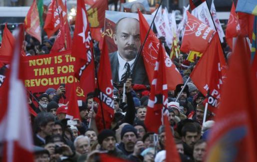Cientos de personas participan en un acto que conmemora el centenario de la Revolución Bolchevique en Moscú.