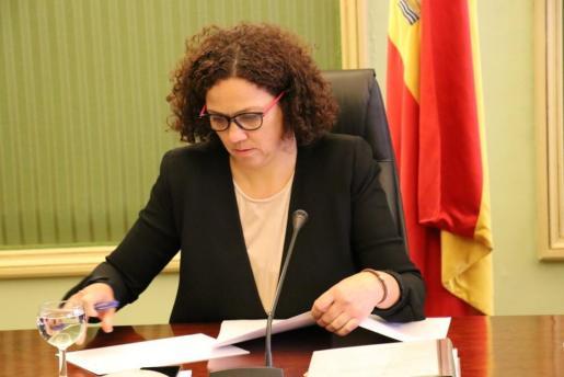 La consellera Catalina Cladera durante la reunión de la comisión de Presupuestos en el Parlament.