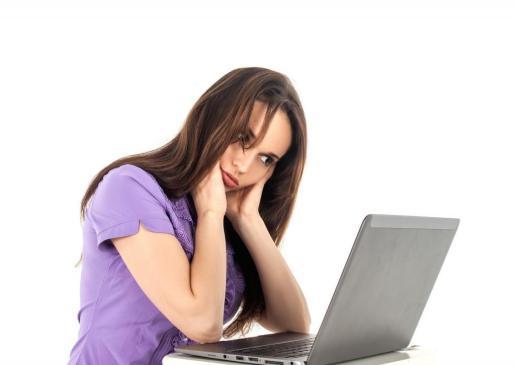 Imagen de una mujer trabajando frente a un ordenador.