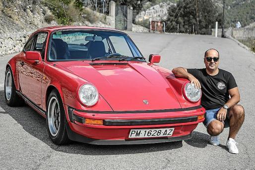 José María Moreno, junto a su Porsche 911 de 1981.