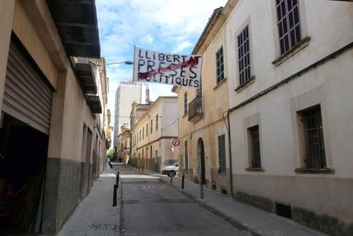 La pancarta de la polémica está colgada en la calle n'Olesa número 13 de Manacor, a unos 50 metros del colegio San Vicente de Paúl.