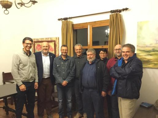 Ensenyant con representantes del Ajuntament de Ariany.
