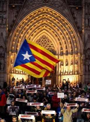 Un momento de la manifestación en la Plaza de la Catedral de Barcelona por la libertad de los presos políticos.