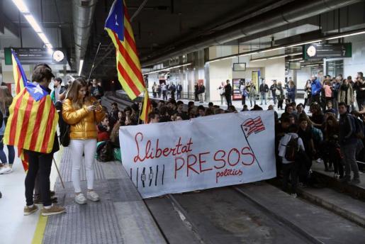 Varias decenas de manifestantes, la mayoría de ellos estudiantes, han cortado seis vías del AVE de la estación de Sants de Barcelona.