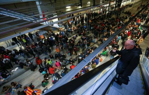Los manifestantes en las vías de la estación del AVE de Girona.