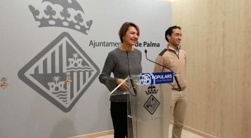 La ortavoz del grupo municipal popular, Marga Durán, y el regidor Guillermo Sánchez han denunciado el «fraude» que están suponiendo unos presupuestos participativos.