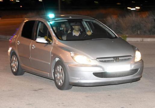 El coche que transporta a la presidenta del Parlament de Cataluña, Carme Forcadell, llega a la cárcel madrileña de Alcalá-Meco.