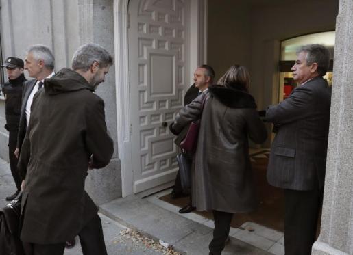 La presidenta del Parlament, Carme Forcadell, seguida de su abogado, Andreu Van den Eynde (i), a su llegada este pasado jueves al Tribunal Supremo.