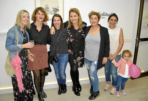 Xisca Serra, Catalina Valls, Francisca Bauçà, Antònia Crespí, Marita Pons, Catalina Mestre y la pequeña Mar.