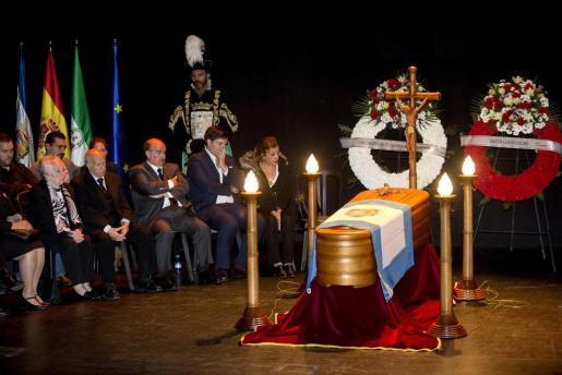 Familiares del humorista Chiquito de la Calzada fallecido esta noche velan sus restos mortales en la capilla ardiente instalada en el auditorio de la Diputación de Málaga.