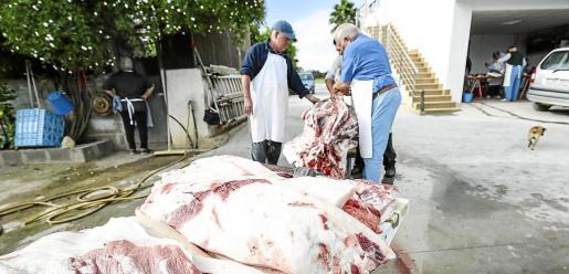 Los veterinarios se encargan del control de las matanzas, como la de la imagen, para evitar la triquinosis.