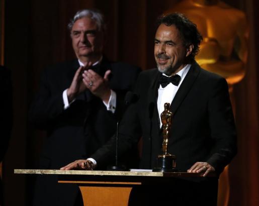 El director Alejandro González Iñárritu recibe el Oscar honorífico por su obra 'Carne y arena'.