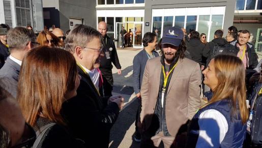 La presidenta del Govern, Francina Armengol, junto al actor Keanu Reeves durante el Gran Premio de la Comunitat Valenciana de Motociclismo.