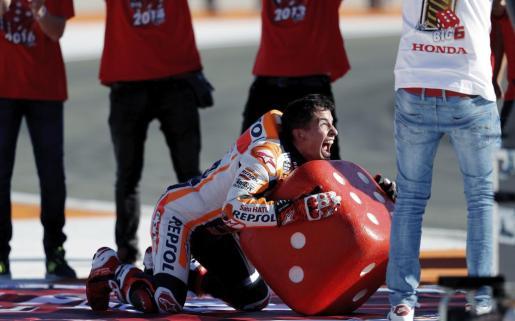 Marc Márquez celebra su sexto título mundial, su cuarto en MotoGP, tras finalizar tercero en el Gran Premio de la Comunidad Valenciana.