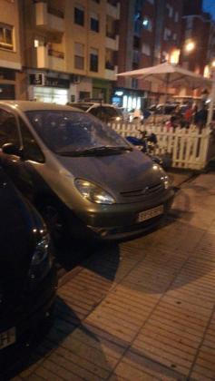 Después de matar a su hija, el hombre ha intentado suicidarse y se ha lanzado desde un segundo piso, cayendo sobre este coche.