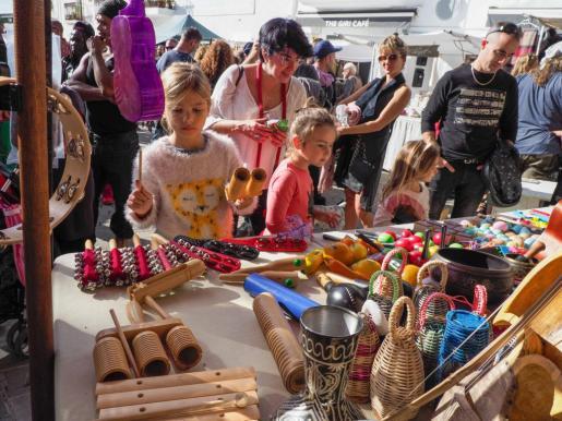 Los stands del mercadillo de Sant Joan pusieron a la venta todo tipo de artículos con la respuesta positiva del público.