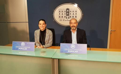 Los diputados del PP Marga Prohens y Antoni Gómez durante la rueda de prensa ofrecida la mañana de este lunes.