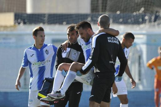Momnento en que Xisco Hernández es retirado del terreno de juego.