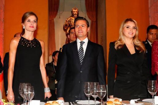 Fotografía facilitada por Casa Real de la reina Letizia, el presidente de México, Enrique Peña Nieto, y su esposa Angélica Rivera, durante la cena oficial de la Cumbre Mundial de Líderes contra el Cáncer (WCLS) celebrada en la capital mexicana.