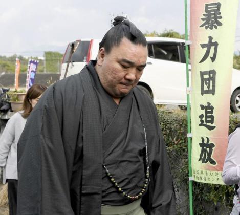 A los luchadores de sumo se les exige una férrea disciplina y un código de conducta ejemplar tanto dentro como fuera del «dohyo» (ring).