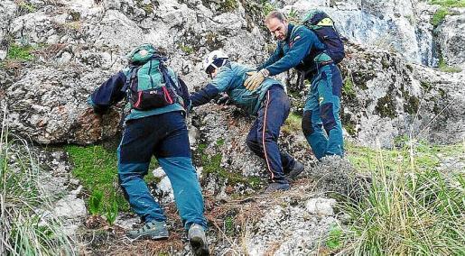 El GREIM ayudó a descender de la montaña al menor.