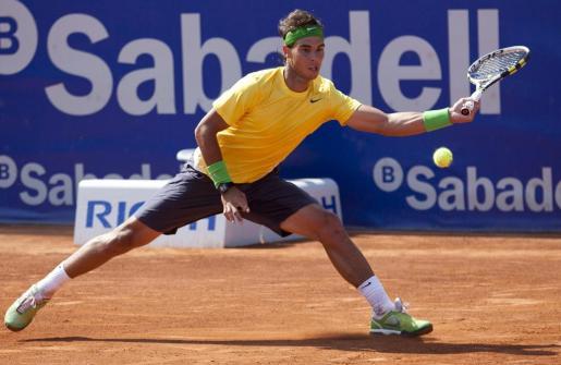 El tenista español Rafael Nadal devuelve la pelota al colombiano Santiago Giraldo durante el partido de los octavos de final del Trofeo Internacional de Tenis Conde de Godó.