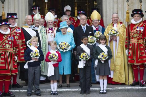 La reina Isabel II (C-I) junto al duque de Edimburgo (C-D) posan al término del Servicio Santo Real oficiado en la Abadía de Westminster con motivo de su 85º cumpleaños, en Londres, Inglaterra.