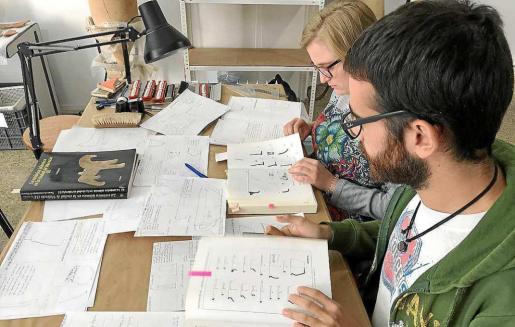 Cristina y Juan Antonio no solo han inventariado, lavado y siglado las piezas, también han podido dibujarlas, clasificarlas y catalogarlas.