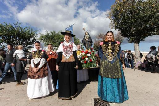 En la procesión participaron seis imágenes, la última la de Santa Gertrudis, portada por las mujeres de la colla de la localidad.
