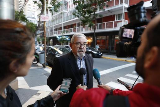 El cónsul general de España en Argentina, Rafael Tormo Pérez, habla con la prensa en la clínica Bazterrica de Buenos Aires (Argentina), donde falleció el fiscal general José Manuel Maza, quien estaba siendo atendido de una infección renal.