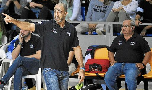 El técnico del Urbia Voley Palma, Marcos Dreyer, da instrucciones a sus jugadores.