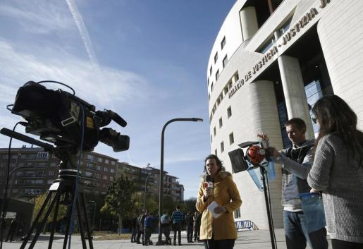 Una periodista junto al Palacio de Justicia de Navarra se prepara a entrar en directo en un canal de televisión para informar sobre lo acontecido en el juicio a cinco jóvenes acusados de una supuesta violación de una joven de 18 años en los sanfermines del 2016.