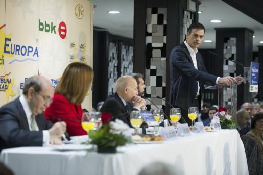 El secretario general del PSOE, Pedro Sánchez, durante la presentación este lunes en Bilbao de la líder de los socialistas vascos, Idoia Mendia, en una conferencia en el Forum Europa.