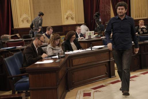 Alberto Jarabo en el Parlament, pasa ante Biel Barceló.
